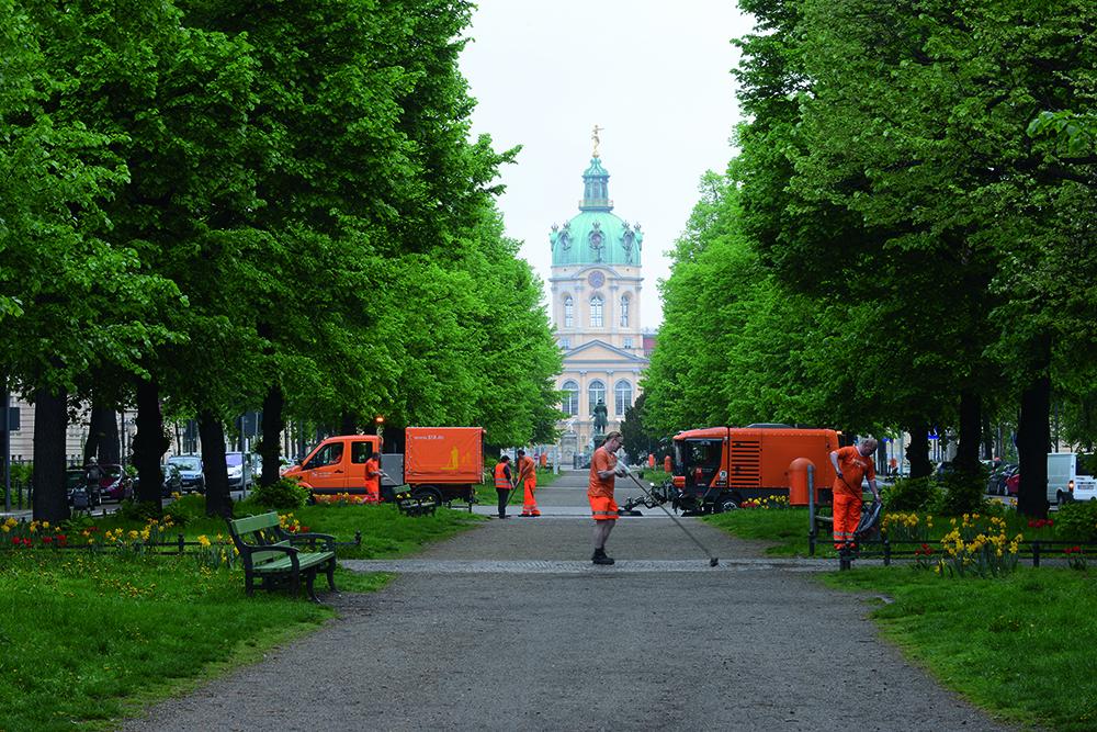 Reinigungsteam der BSR vor dem Charlottenburger Schloß.